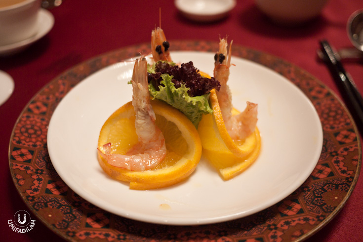 Chilled Fresh Tiger Prawns with Homemade Orange Sauce (IDR 48k) Started off with this cold appetizer, three medium-sized fresh tiger prawns sit on top of sliced mandarin oranges with lettuce salad in the middle, drizzled with homemade orange sauce. Very playful taste, hint of sweetness of the oranges and perfectly-cooked texture of the prawns just complement each other. I enjoyed them so much that I ate 2 portion of this myself.