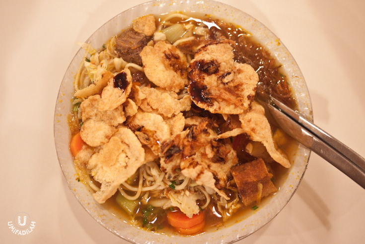 A big portion for a single meal, I must say. Generous beef hidden underneath, sweet carrots and cabbage, fried spring rolls with rice vermicelli in it (risoles), and so many other ingredients. Portion-wise? Only for the hungry. Taste-wise? It's delicious, but not the kind that blows my mind in an instant. Worth a try, though.