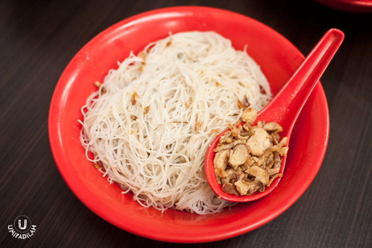 Thin vermicelli/beehoon drizzled with sesame oil and special sauce. Most of my friends are crazily addicted to Akiaw's beehoon, but for me it sits as number two because somehow I tasted the coating sauce to be a bit acidic compared to the yellow Hokkien noodles. Still delicious, though.