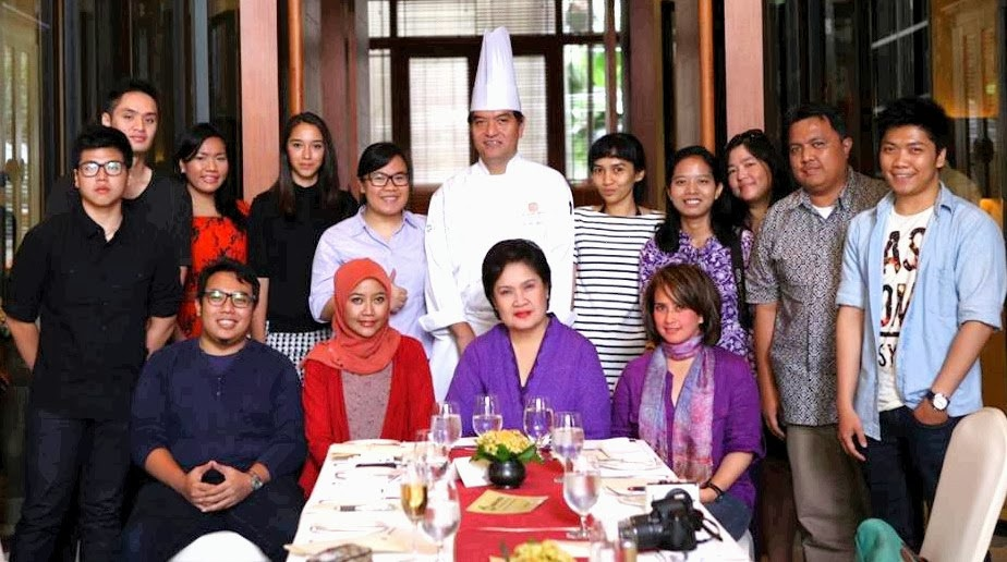 "STANDING (left to right): Filipus Verdi Danutirto – ""The Hungry Doctor"", Terzi Niode, Jessica Darmawan – ""All About Indonesia"", Amanda Cole, me, Chef Vindex Tengker, Ade Putri Paramadita – ""missHOTRODqueen"", Dian Aggraini (Program Manager Omar Niode), Yenny Widjaja – ""Things that Make Me Happy"", Amril Taufik Gobel – ""Daeng Battala"", and Leonardo Slatter – ""Food Steps Journal"".   SITTING (left to right): Rian Farisa – ""The Gastronomy Aficionado"", Mira Sahid from Kumpulan Emak Blogger, Amanda Katili Niode (Chairman Foundation), and finally Santhi Serad from ACMI (Aku Cinta Masakan Indonesia).   Photo credits to mbak Mira Sahid."