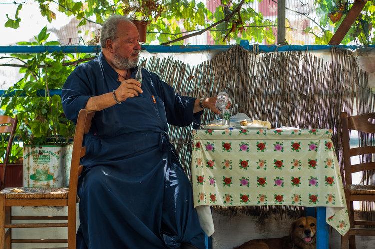 Pater drikker også Ouzo til sin frokost.