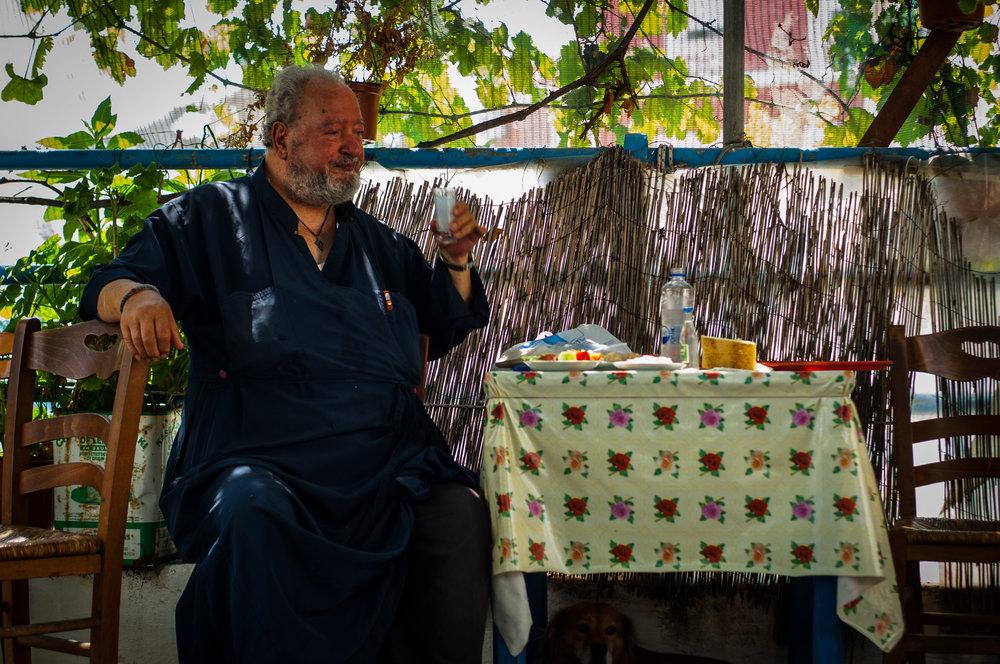En præst drikker også Ouzo.