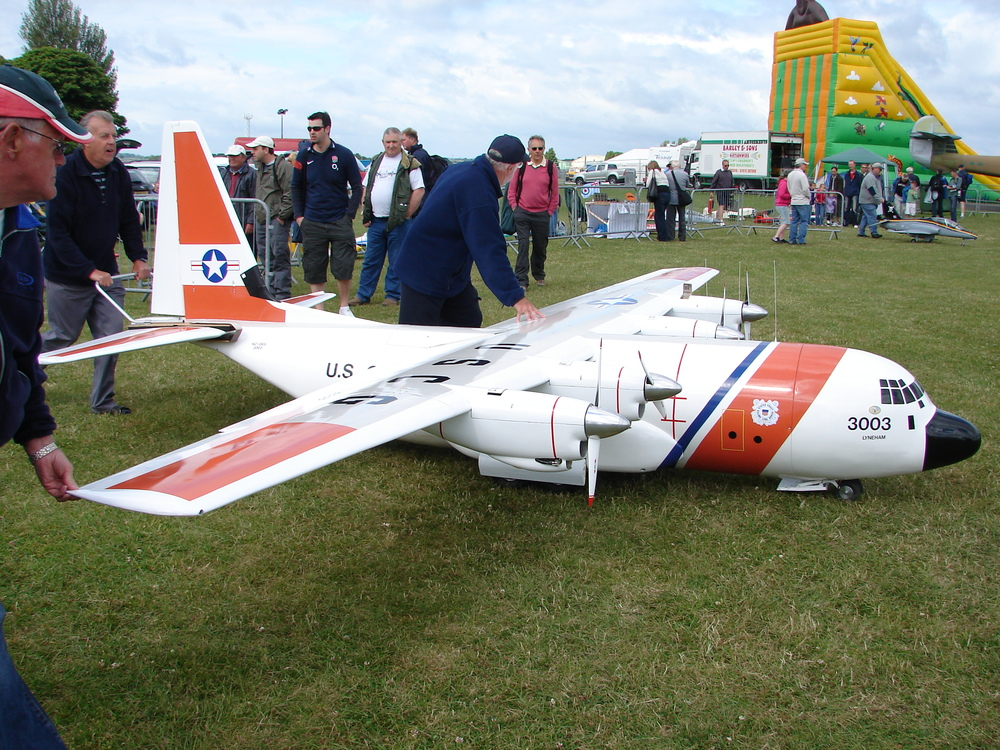 Giant_Model_Airplane,_Kemble_Air_Show_2009_(3643972229).jpg