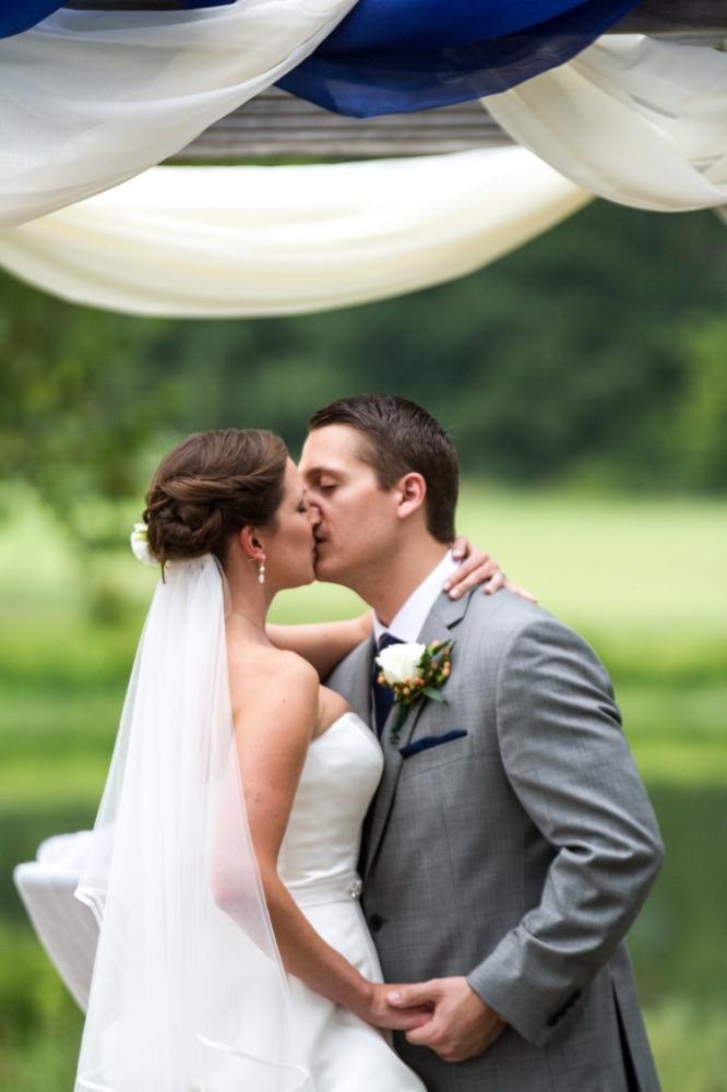 First kiss | Outdoor wedding ceremony in Haymarket