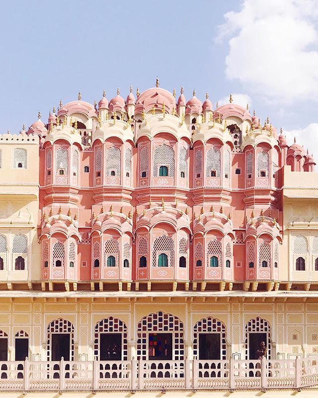 Jaipur is also known as the Pink City, all the buildings are painted in pinkish terra cotta hue - the color of hospitality. It is easy to be charmed by this enchanting city, which is basically a Wes Anderson film set irl. #naandeska