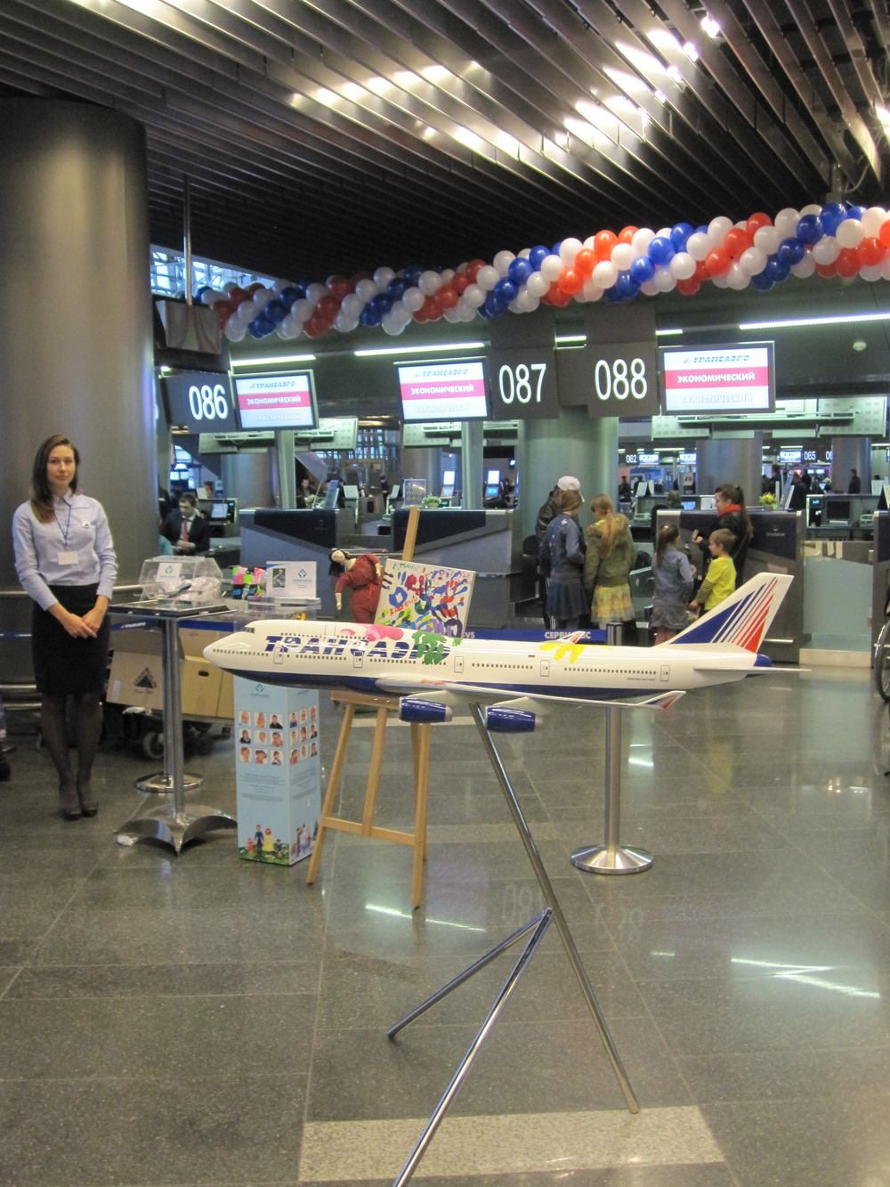 Transaero organized a little event at the check-in area of Vnukovo airport to see off passengers on its first Flight of Hope