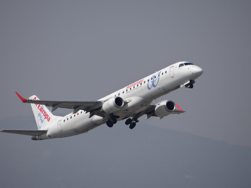 Beautiful Air Europa Embraer E190