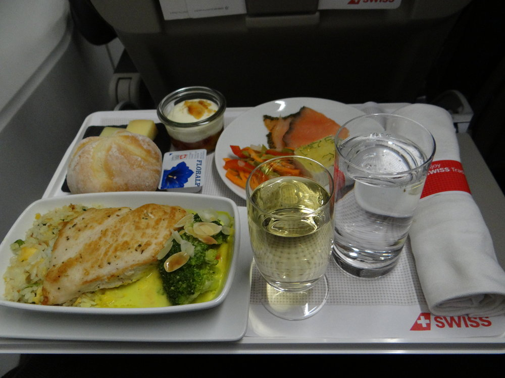 And to close the post, here is a snap of the dinner they served on the return flight, which was a night flight. Everything was pretty tasty, including the Swiss wines that are a classic at Swiss.