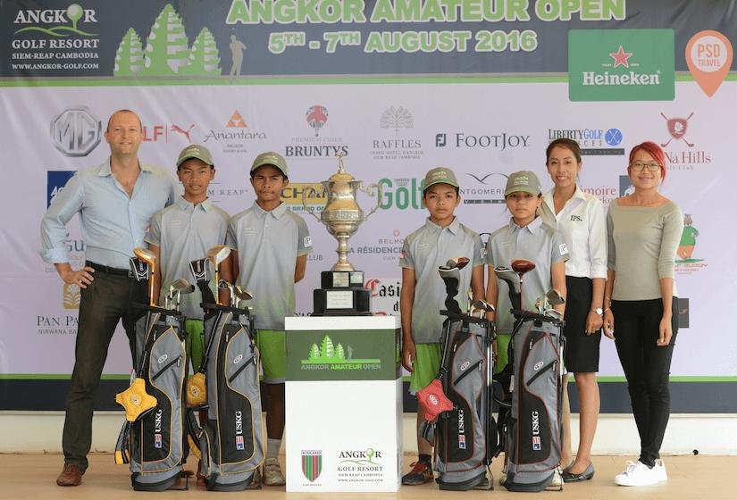 4名获得额外6个月免费课程的当地学员和其中一名主要赞助人,来自IPS的Andreas Reiterer (左边) 和他的团队。 http://siemreap.ips-cambodia.com/ 图片摄于刚举行的吴哥业余公开赛。