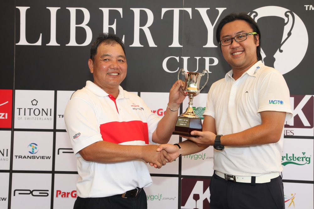 Winner, Alex Yap Chung Chai receiving trophy from Eu Shen NG, GM of Liberty Golf Services