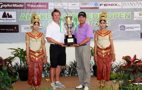 AAO 2012 winner Ly Hong (right) holds trophy with Chris Rodgers