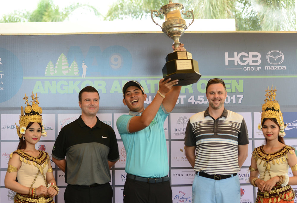 Seng Van Seiha lifts the trophy after winning the Angkor Amateur Open