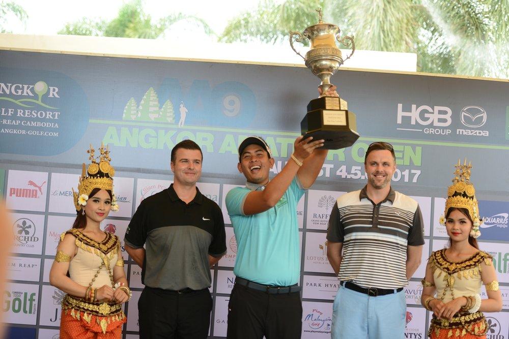 Seng Van Seiha lifts the trophy after winning the 2017 Angkor Amateur Open