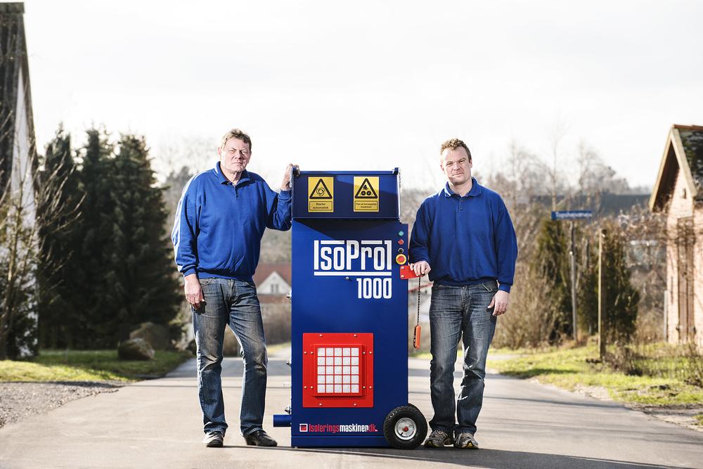 Lars og Tommy var friske på at rulle ud midt på Topshøjvej. ( vi måtte flytte os for biler et par gane). Tanken er, at maskinerne er lavet AF håndværkere TIL håndværkere. Et gedigent dansk produkt, præsenteret i det landsbymiljø hvor virksomheden ligger.