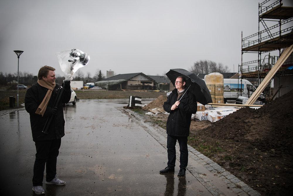 Jon Kierketerp holder lys i stiv blæst. (det er nemt at gætte vindretningen)Jeg lånte borgmesteren en paraply, som han dog lagde fra sig, de vi tog de rigtige billeder.