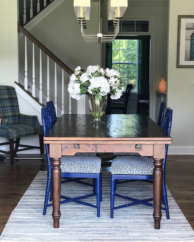 We love to mix traditional design with pops of color and pattern. These navy blue Jardin side chairs from @bungalow5 were the perfect accent for this @mackenziedowfurniture table. Bonus - the @duralee navy/white leopard fabric is indoor/outdoor which is perfect for a family with kids 😍