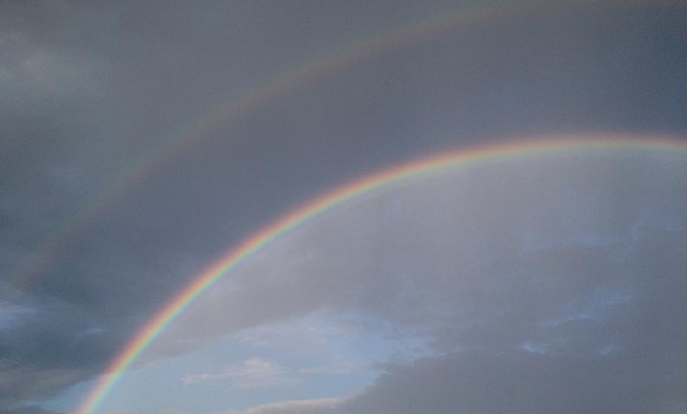 Två regnbågar samtidigt såg jag utanför hos mig. Undrar var skatten ligger?
