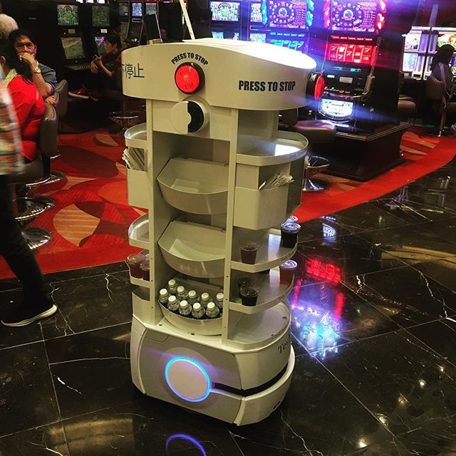 Casino in #singapore has robots serving free drinks..... Vegas better step it up! 🥤🤖#singaporeslingin #thejetsons #robottleservice