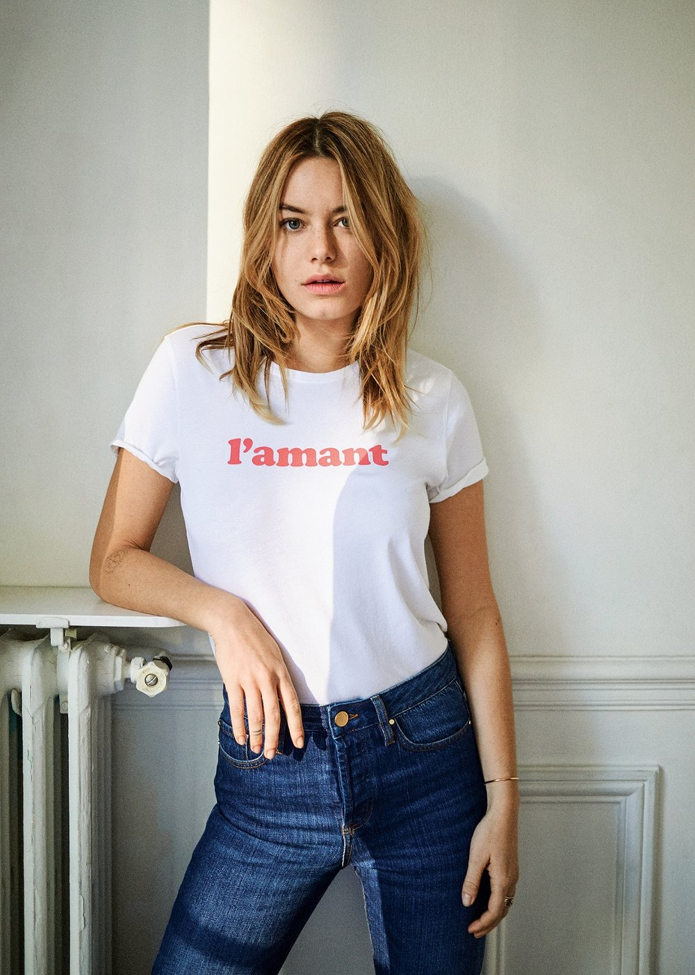SEZANE L'amant T-Shirt  Short sleeved screenprint tee in coral with round neckline white tee.