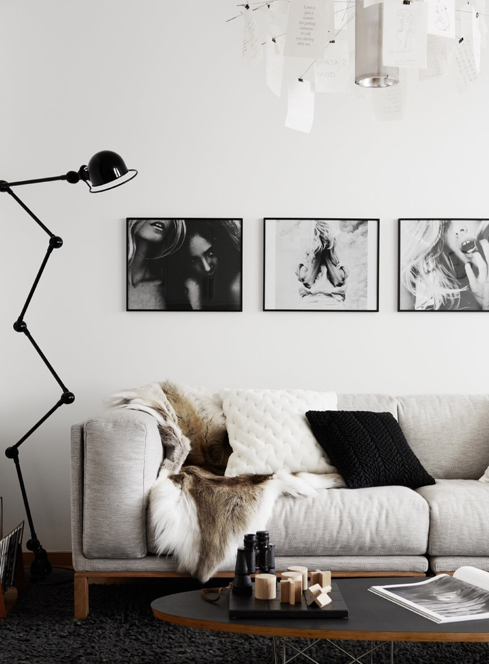 JM DISPLAY rustic and cosy living with perfect lamp and art