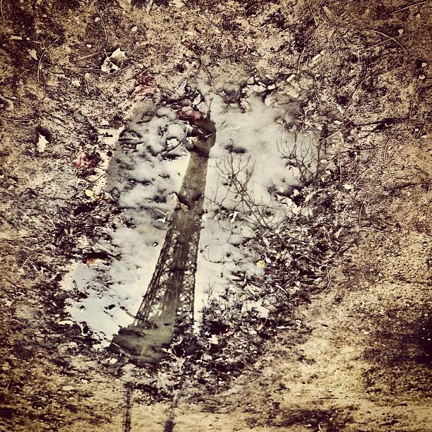"""""""Dis moi mon beau miroir, qui est la plus belle?"""" La #toureiffel après la pluie the #eiffeltower after a #rainy day"""