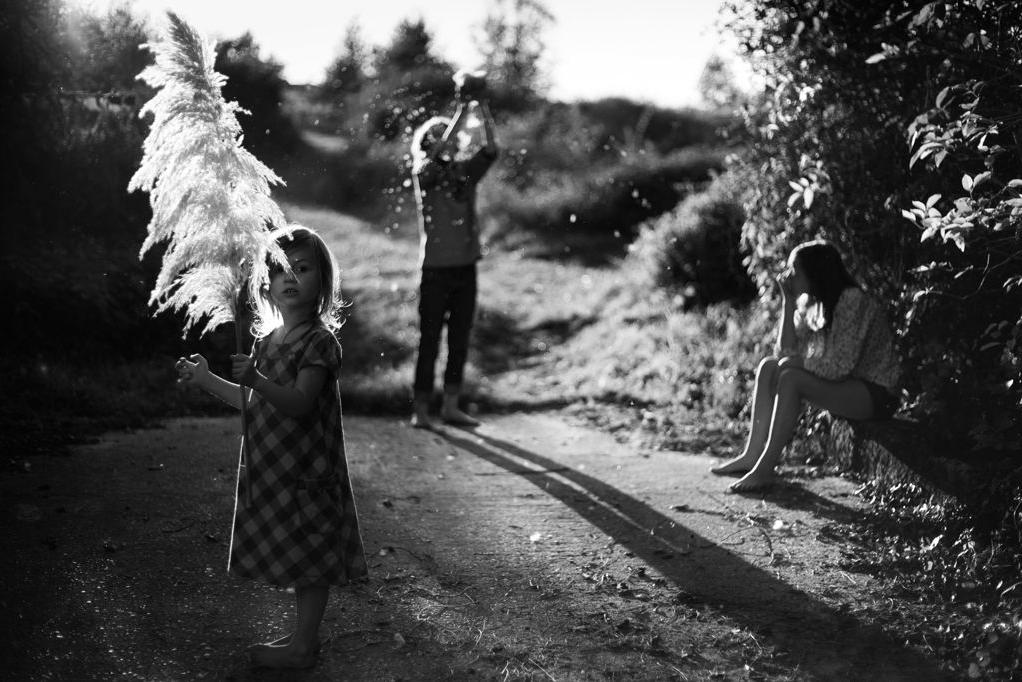 """A la veille de Noël (souhaitons-le joyeux), une photographie tendre et lumineuse d'  Alain Laboile  glanée sur le site de l'émission """"  Regardez voir  """" de Brigitte Patient sur France Inter, laquelle vaut vraiment le détour. Ce n'était pas gagné d'avance de parler si bien de photo à la radio.   PS: Le site d'Alain Laboile est à découvrir de toute urgence: y a grand, très grand talent.  C'est par là pour les photos…"""