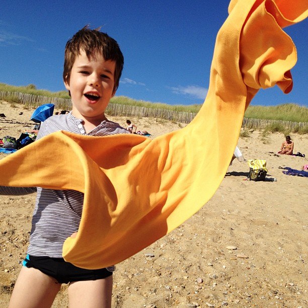 Et on fait voler les serviettes sur la plage saint-pierre #plage #beach #sea #wind #yellow #blue #sky #boy #child (Pris avec  Instagram  à Locmariaquer)