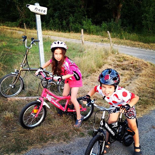 Comme le panneau l'indique, on a reconstitué la Once de Jalabert. Maillot rose et maillot à pois, on se croirait revenu à la grande époque. #tourdefrance #vélo #bike #brompton #tdf2012 (Pris avec  Instagram )