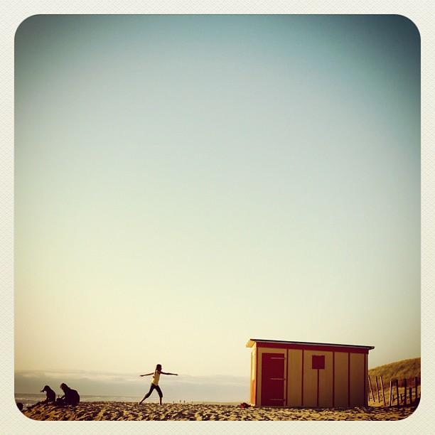Au cinquième jour de vacances, une furieuse envie de plage nous gagne. Mais où aller quand la météo prévoit de la pluie partout dans l'ouest? Photo prise en 2006 à Biscarosse, postée sur Instagram en janvier 2012.
