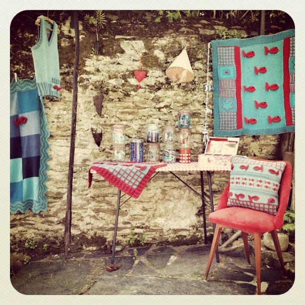 Des poissons rouges sur de la maille bleue. La poésie tricotée d'Elfe présentée à La Pointe (Bouchemaine) a donné des idées à Eloïse qui s'est emparée de ses aiguilles sitôt rentrée à la maison. À suivre. (Pris avec Instagram à La Pointe).