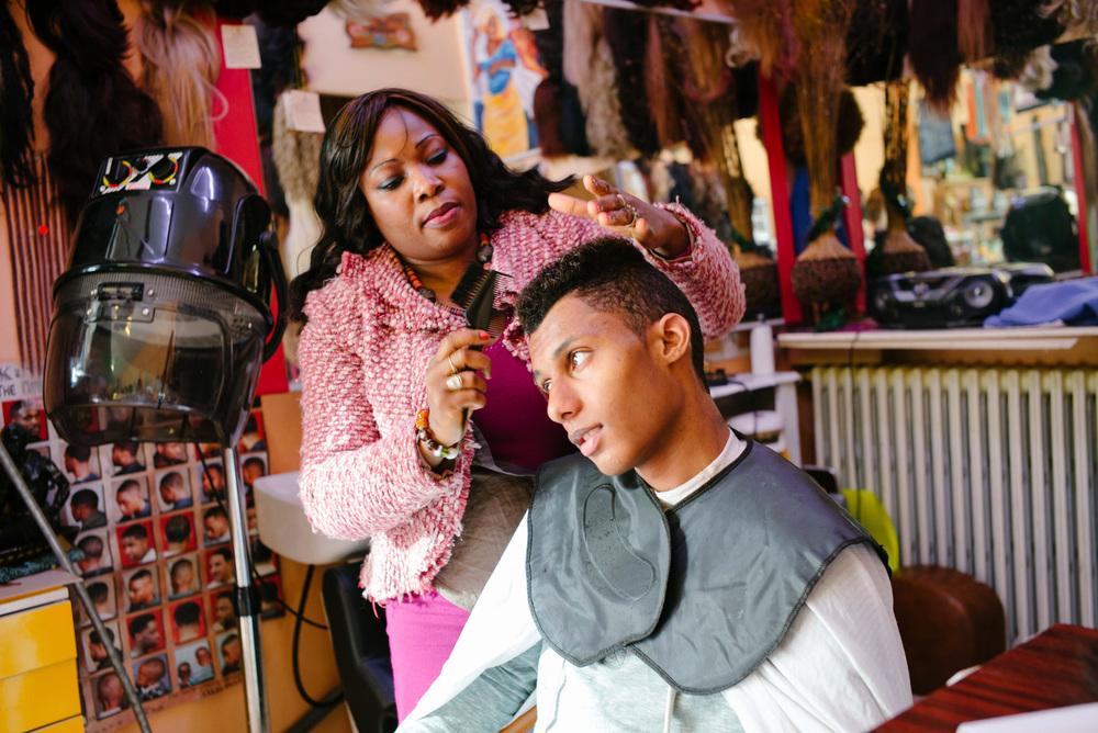 Le jeune homme apprécie les conseils de la coiffeuse.