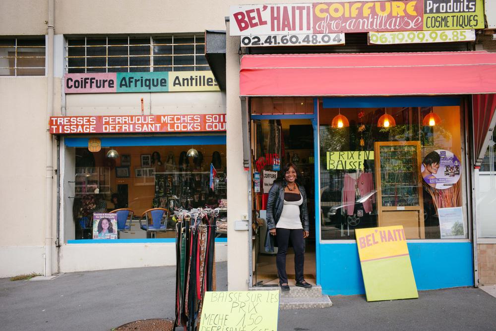 Missoule Fleurantin à l'entrée du salon de coiffure Bel Haïti dans le quartier du Grand-Pigeon à Angers.