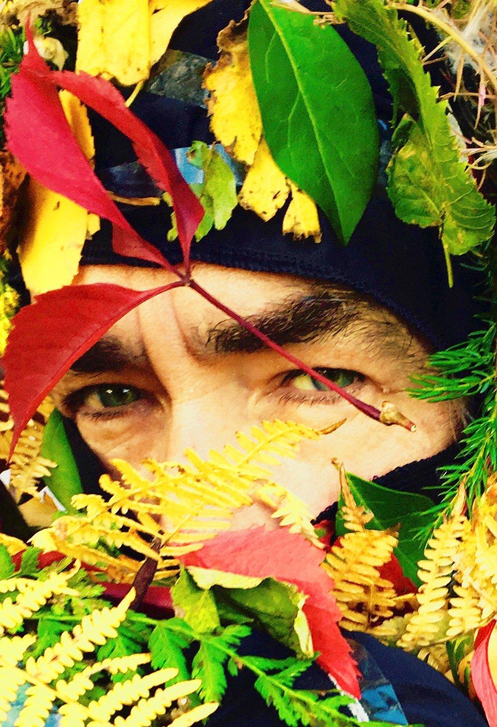 Jean-Louis Murat bien planqué sous les feuilles pour accompagner son nouvel album.