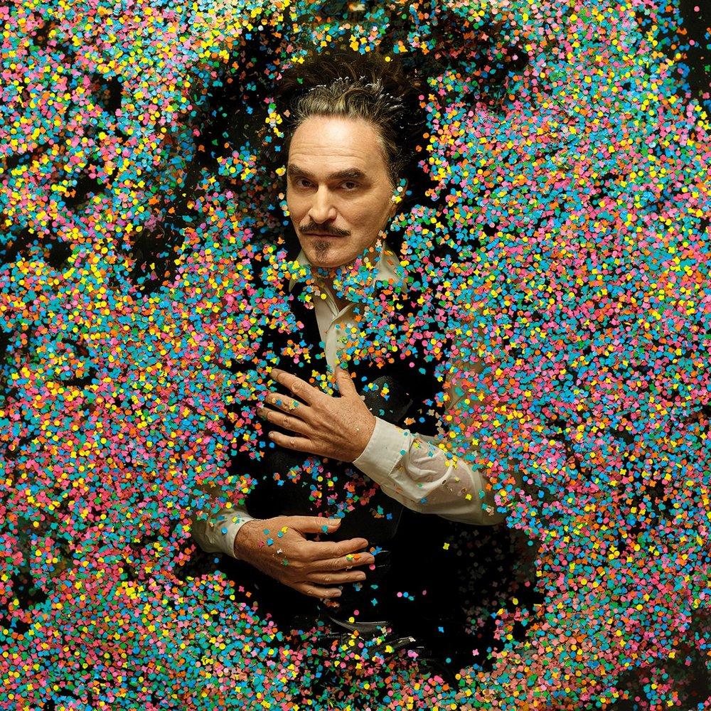 Stephan Eicher dans un bain de confettis, en hommage à Bashung au milieu de lentilles d'eau sur l'album « Fantaisie militaire ». Photo Laurent Seroussi