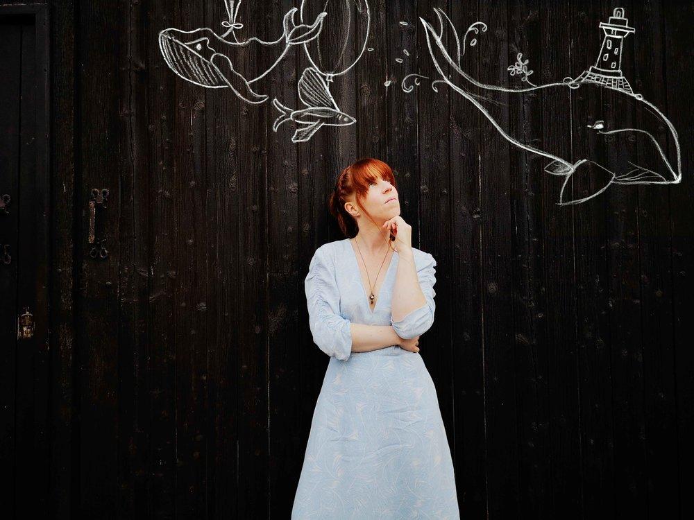 Cécile Corbel sous les dessins d'Andrea Kiss. Photo Bran Music
