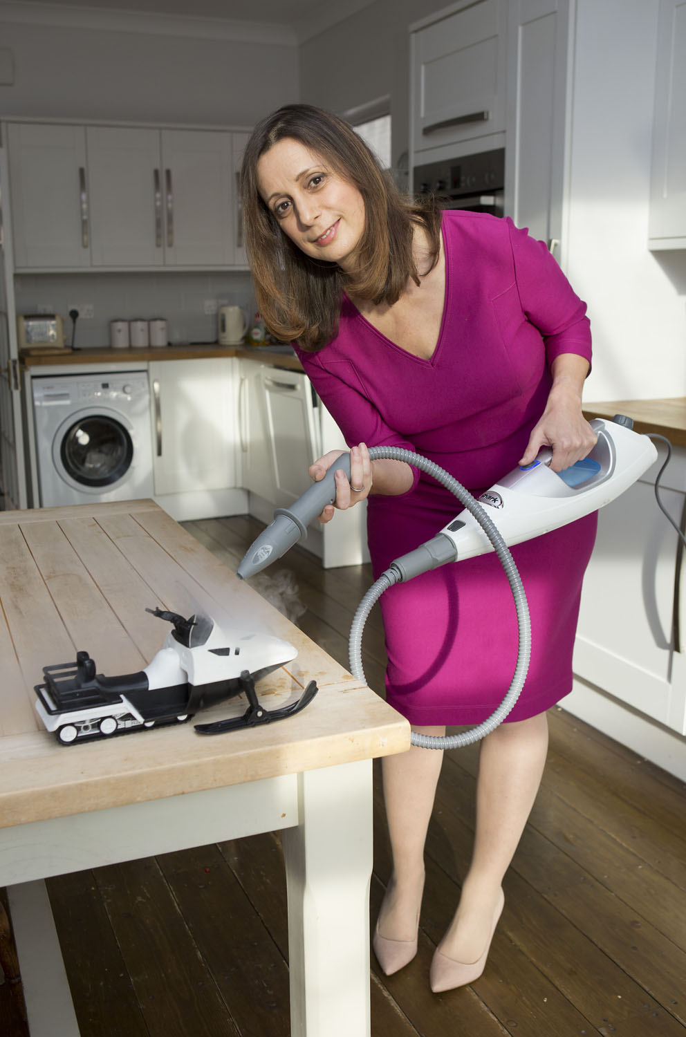 http://www.dailymail.co.uk/femail/article-3419903/The-hot-new-way-steam-cleaning-dirt-curtains-oven-toys-ONE-gadget.html