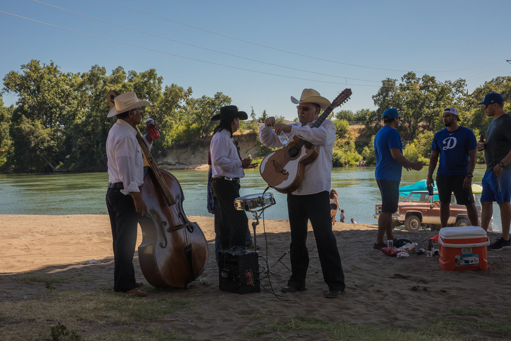 We spent our last night in the central valley on the 4th of July. It was very hot and the locals where hanging out in the shade from from a bridge and swimming in the river. A mariachi band was playing and we enjoyed the scenery.