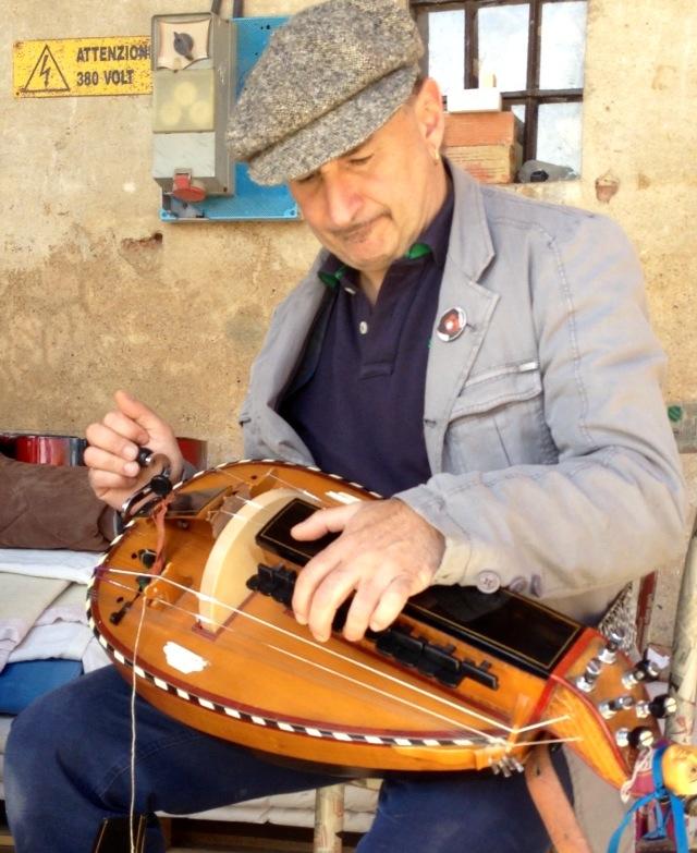 Sergio Berardo, Leader e fondatore del gruppo musicale rock folk Lou Dalfin. Compositore, cantante, musicista, suona la ghironda e infiniti tipi di cornamusa