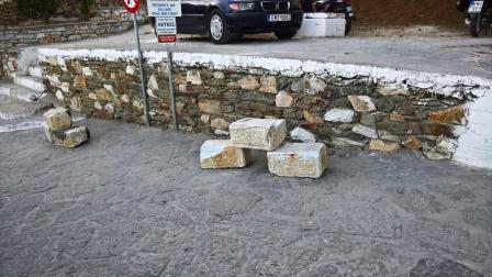 Μαρμάρινοι σπόνδυλοι της παλαιάς γέφυρας δίπλα στον βυζαντινό δρόμο, ως μέσο παρεμπόδισης του παράνομου parking