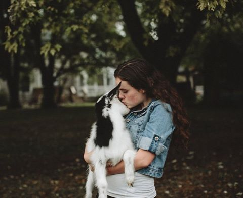 One of my all time favorite senior photos @ballerina_naomi13 ✨ #goats #love #seniorpictures #seniorphotos #detroit #michigan #michiganphotographer #portraitphotography #portrait #nature #animals