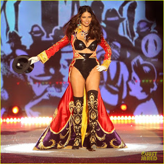 adriana-lima-alessandra-ambrosio-victorias-secret-fashion-show-2012-01.jpg