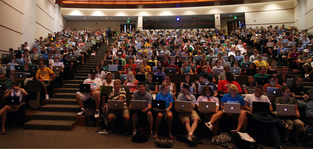 Generation Y: College students using social media.    Source:     http://www.technapex.com/wp-content/uploads/2012/08/look-at-them-apples.jpg