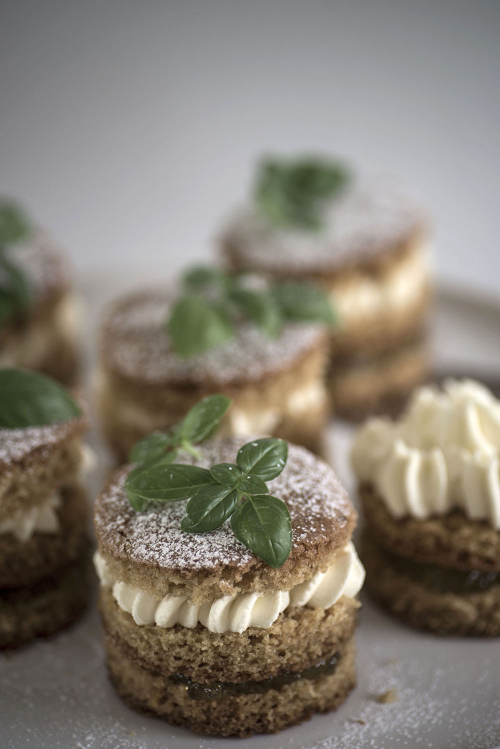 Mini sponge cakes with lime marmalade and basil cream