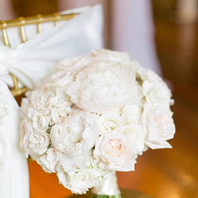 Another throwback to this beautiful all white bouquet we did, such a clean and simple look but loving it! Photo by Christine Bonnivier  #whitewedding #whitebouquet #417weddings #artistryinbloom #elegantwedding