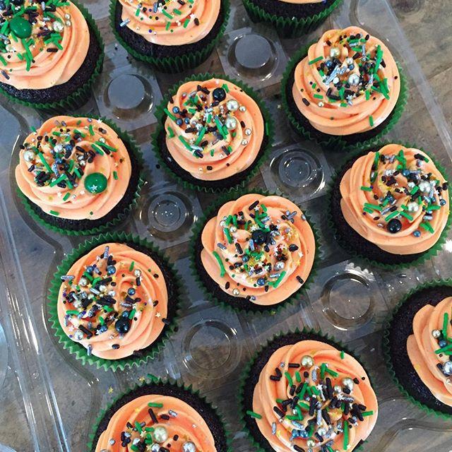 Halloween cupcakes 🎃👻🕷 #halloween #cupcakes #sprinkles