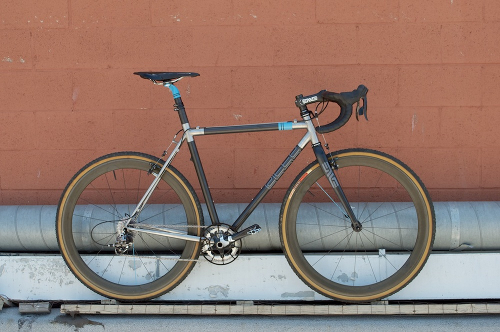 The Steeplechase uses custom Envy carbon tubes to form a rigid and absorptive front triangle, while utilizing an all stainless steel rear triangle to create greater traction and sensitivity at the rear wheel. Handmade in Los Angeles.