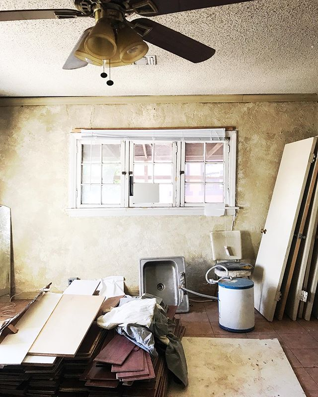Closed on this delightful little charmer in Coronado on Friday! You guys are gonna DIEEEEEEE when you see our plans for this one! This is the one that will pull me out of so many comfort zones into new areas (bigger budget, more high-end finishes, etc) but I'm so excited. Ceiling fan stays though. No doubt. 👻 it was @joelcontreras2 's idea and you just don't question the experts. #parohome #demoday #homerenovation #houseflipper #phoenix #historic