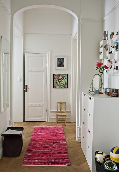 I hallen med det fina höga valvet står en Snöbyrå från Asplund. Ovanför den hänger en väggförvaring från Vitra. På golvet en matta från Lagerhaus. Stol från Utopia.