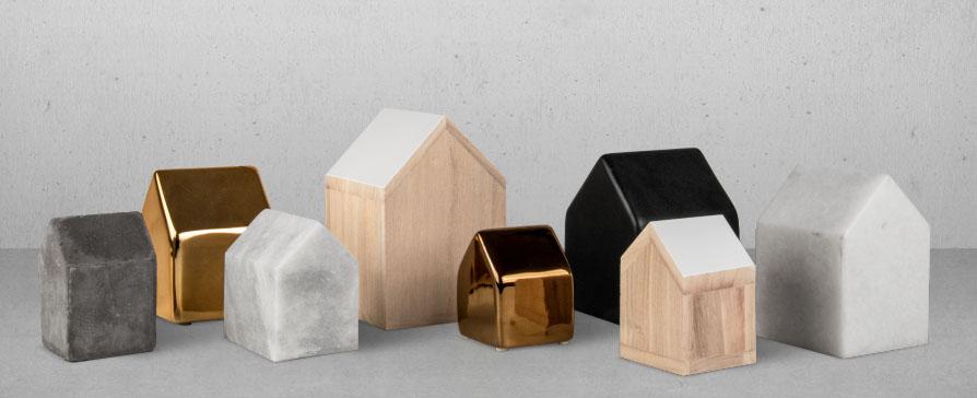 Små hus från Bloomingville att ställa på bordet eller i fönsterkarmen. Från 39 kr upp till 165 kr. Finns i både trä, marmor keramik och betong.