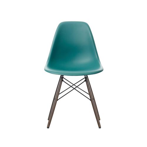 Eamesstol med brunbetsade ben , 3650 kr.